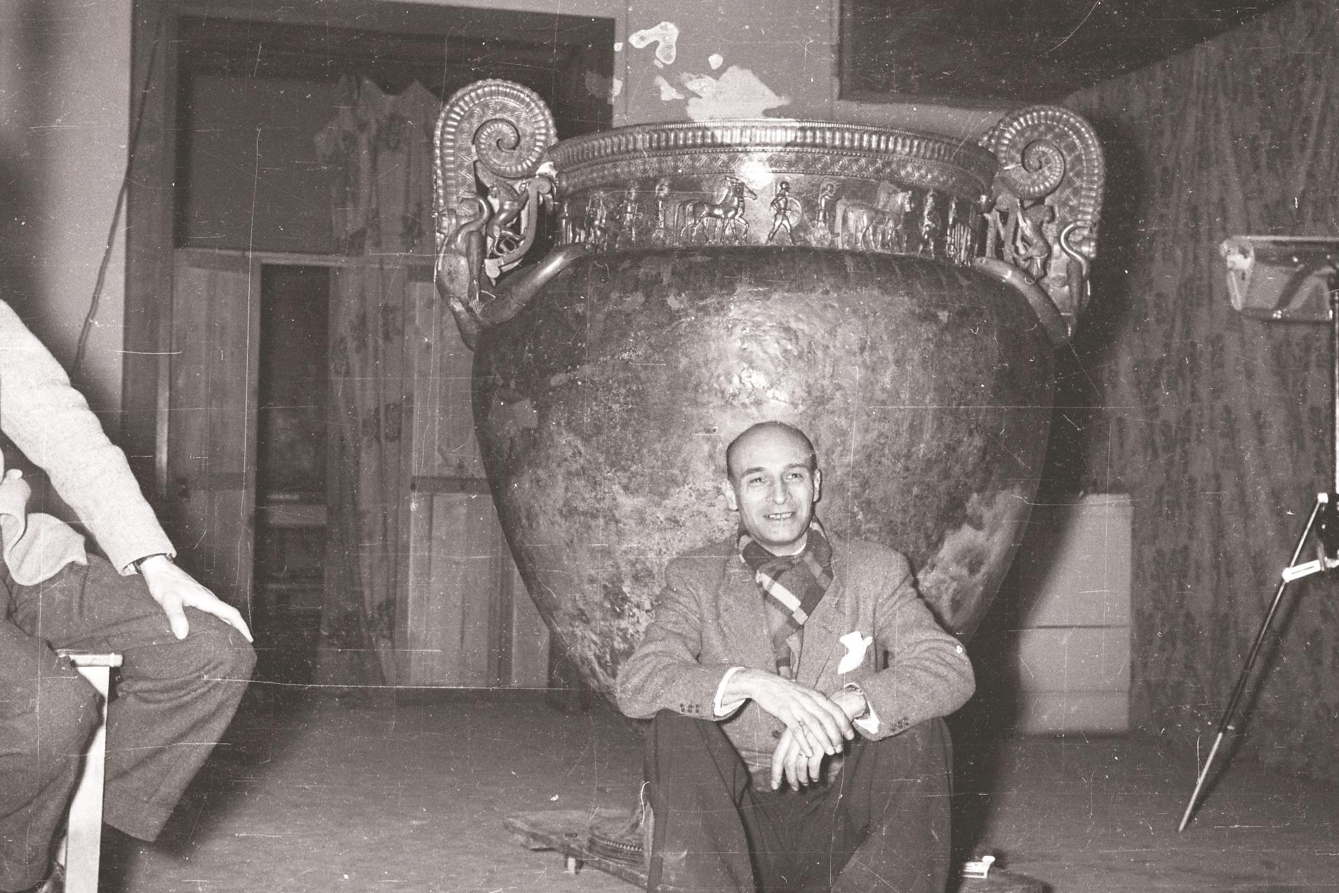 Albert France-Lanord, fin de la restauration du vase de Vix, musée des Beaux-Arts de Nancy, 1956 © L.A.M