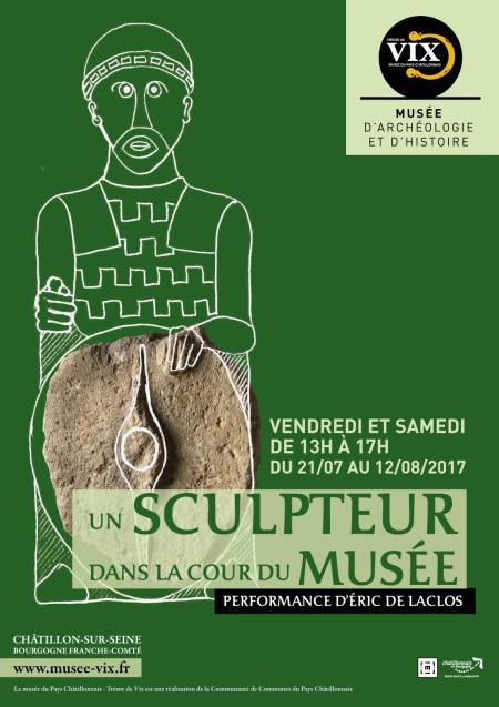 Affiche un sculpteur dans la cour du musée Musée du Pays Châtillonnais - Trésor de Vix © Nathalie Montenot